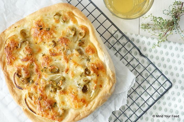 foccacia met mozzarella, ui en olijven
