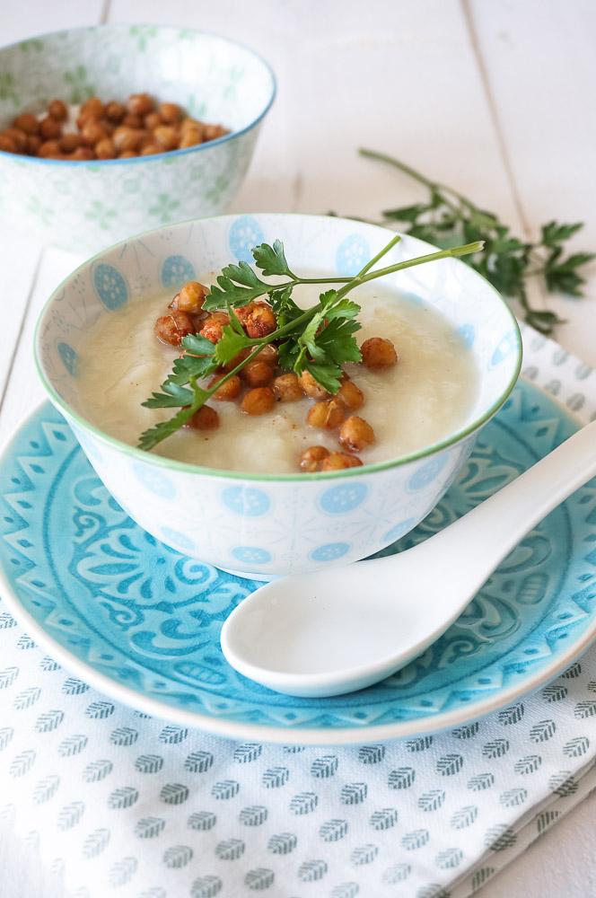 Romige bloemkoolsoep, makkelijk recept voor soep van bloemkool met croutons van kikkererwten