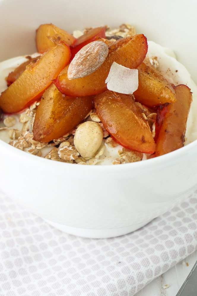 Pruimen uit de oven, ontbijt recept met pruimen, yoghurt en muesli