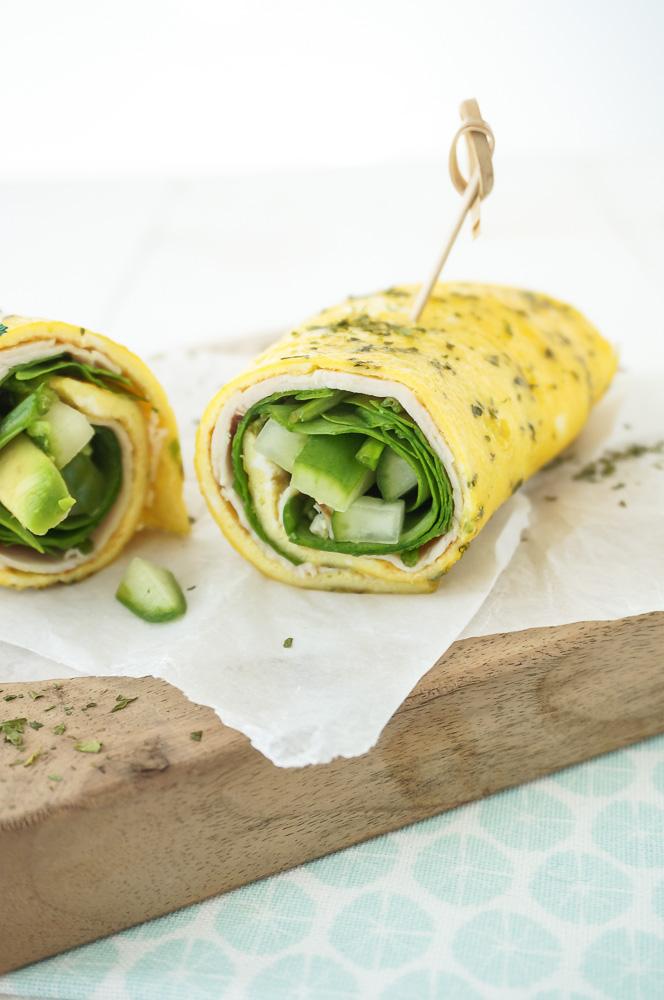Omelet wrap met kipfilet en spinazie, koolhydraatarm recept voor makkelijke wrap van eieren.