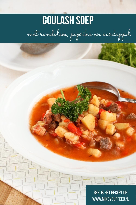 Goulashsoep. Traditioneel recept voor goulash soep met rundvlees, paprika en aardappel. Oostenrijks recept, traditioneel, goedgevulde goulashsoep.