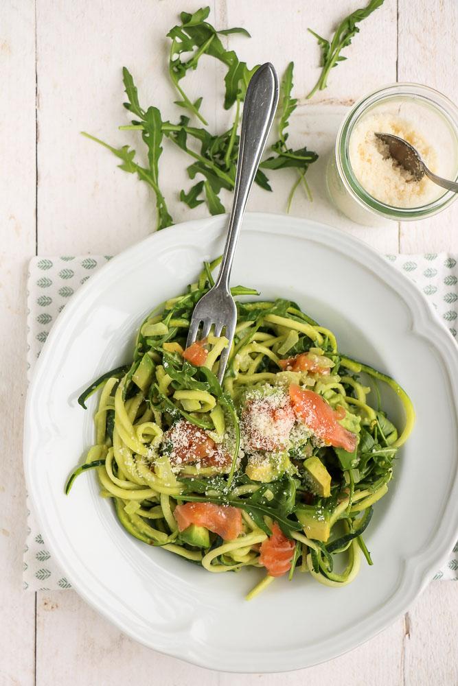 courgette spaghetti met zalm en avocado