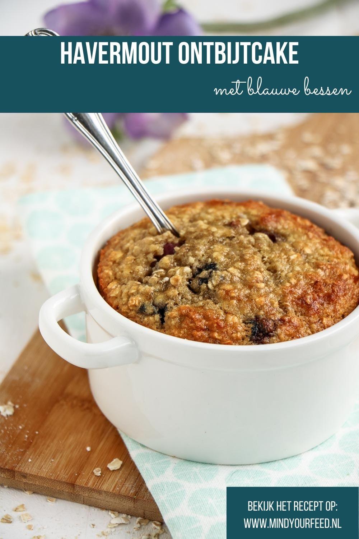 Havermout ontbijtcake met blauwe bessen. Recept voor havermout uit de oven met banaan en blauwe bessen. Mugcake, havermout ontbijt recept, havermout met banaan