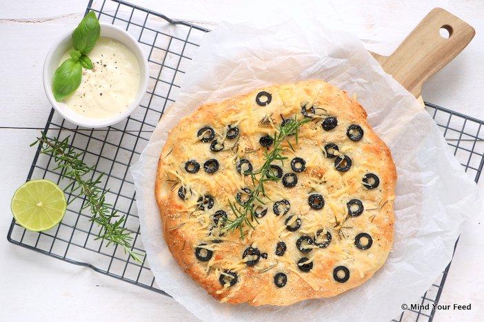 plat brood met olijven