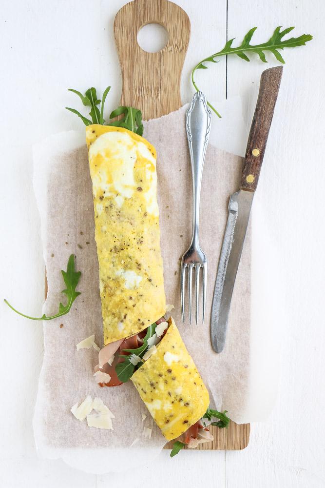 Omelet wrap, koolhydraatarm recept voor wrap van eieren, gevuld met rucola, Italiaanse ham, Parmezaanse kaas. Lekker als lunch of avondmaaltijd