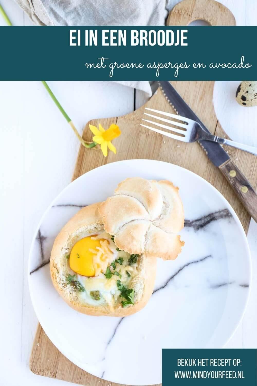 Ei in een broodje, gevuld broodje met ei, groene asperges en avocado.