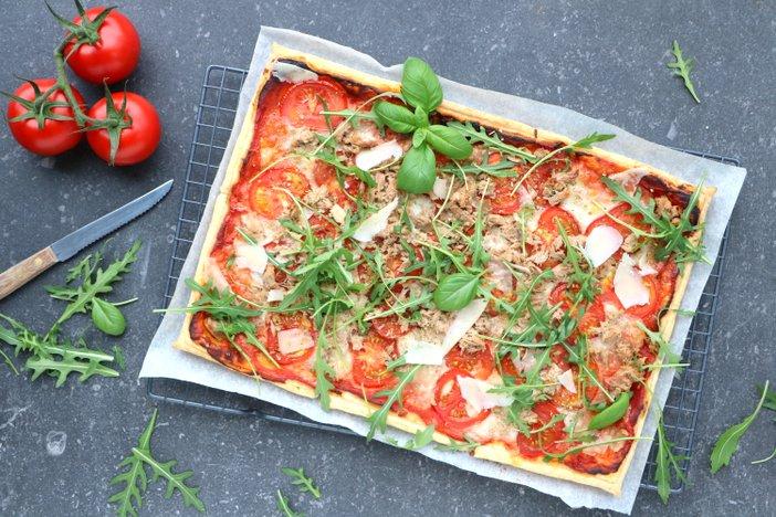 plaatpizza met tomaat tonijn mozzarella