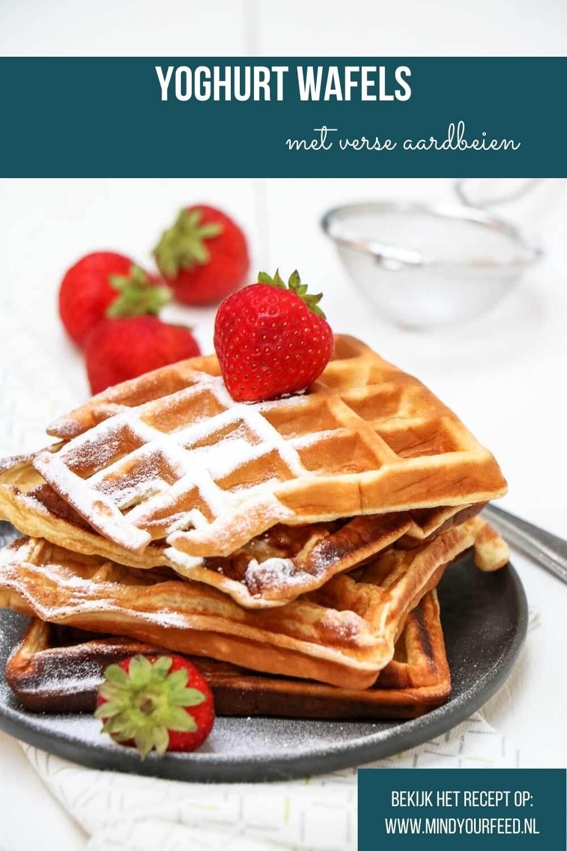 Yoghurt wafels met verse aardbeien, makkelijk ontbijt recept voor luchtige wafels van bloem en yoghurt.