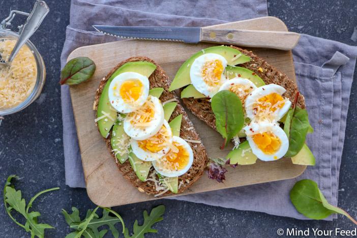 Fonkelnieuw Avocado toast met ei en oude kaas - Mind Your Feed ZR-58