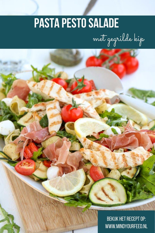 Pasta pesto salade, Italiaanse maaltijd salade met pasta, courgette en gegrilde kip. Makkelijk recept