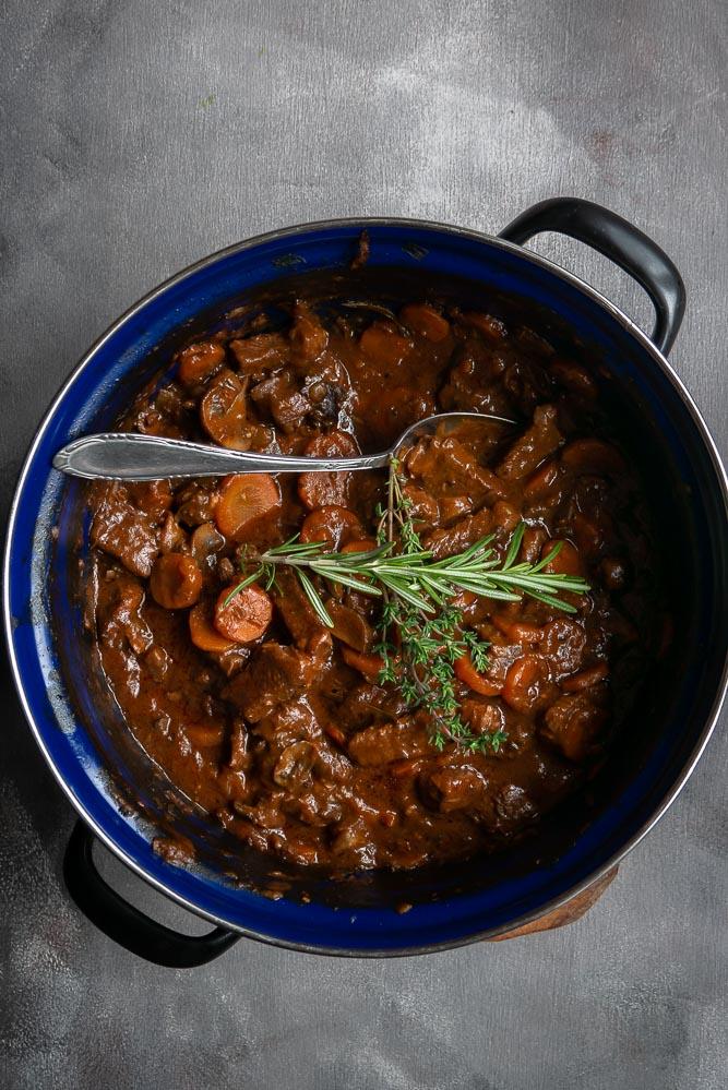 Heerlijk zacht runder sukadevlees in dit recept voor Italiaans stoofvlees met rode wijn, rozemarijn en tijm. Stoofvlees recept, stoofvlees bereiden, hoofdgerecht, Kerst, hoofdgerechten vlees, kerst recepten vlees