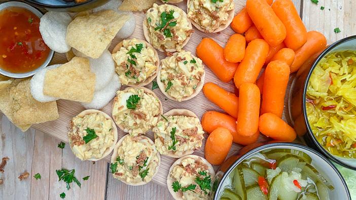 pittige eiersalade met sambal, hapje met eiersalade, borrelhapje, feestelijke hapjes voor Kerst, pittige salade, toastje, amuse hapje