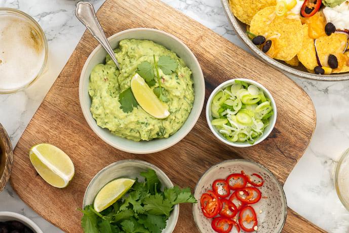 zelf guacamole maken, makkelijk recept voor guacamole zonder tomaat, verse guacamole, lekkerste recept, rode ui, koriander, kruiden