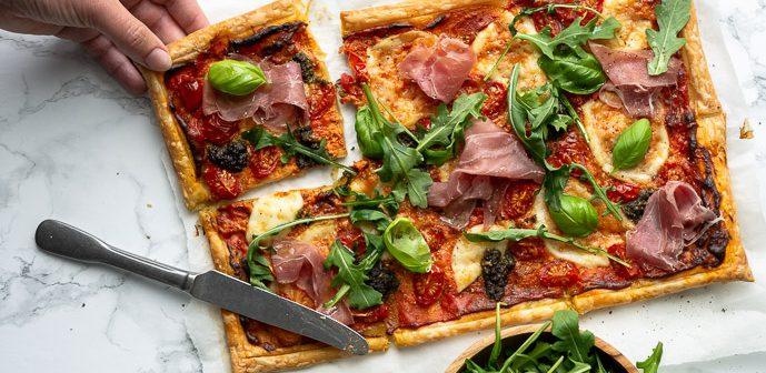 Italiaanse plaattaart, plaattaart met ham, pesto en mozzarella, bladerdeeg pizza, plaattaart met prosciutto