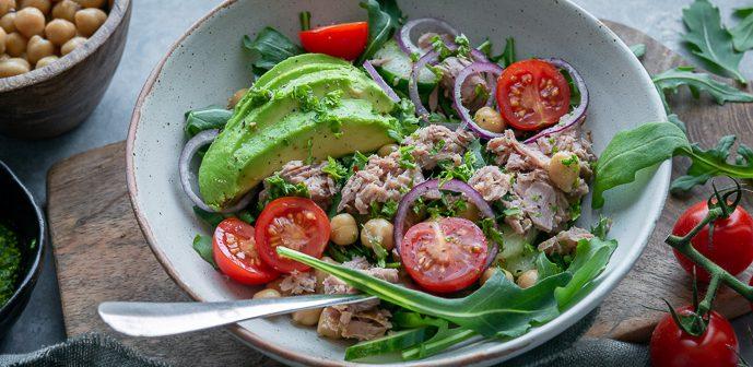 gezonde salade met tonijn en kikkererwten