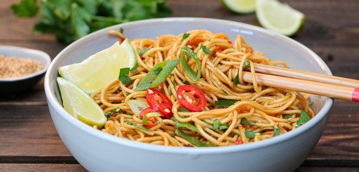 hoisin noedels, noodles met hoisin saus, makkelijk recept voor vegetarische noedels met licht pittige hoisin saus