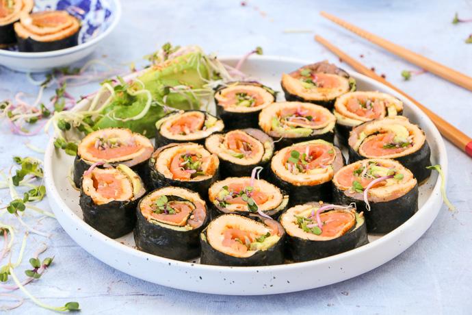 omelet sushi rolletjes met gerookte zalm