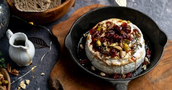 camembert uit de oven met honing, cranberries en pistache