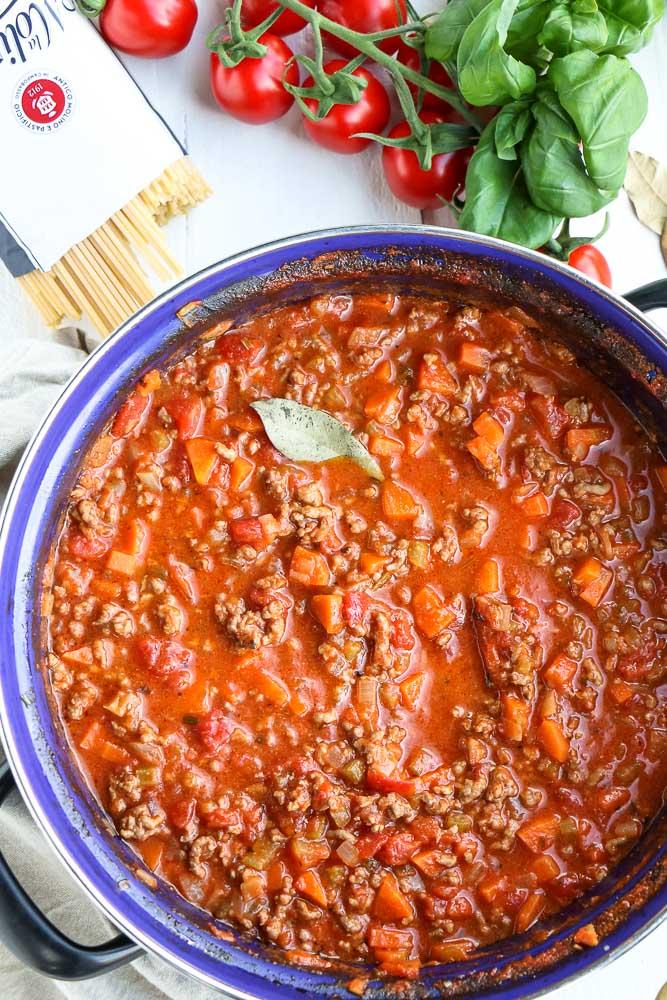Bolognese saus, bolognesesaus, Klassieke Italiaanse pastasaus, traditioneel recept voor tomatensaus met gehakt