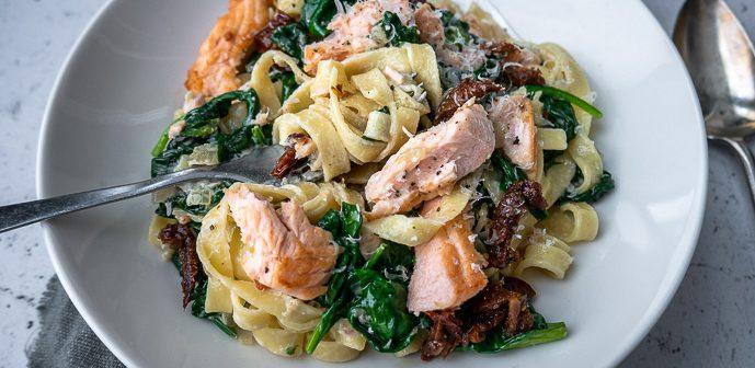 tagliatelle met spinazie en zalm, pasta met zalm en spinazie, makkelijk recept voor pasta met romige saus, spinazie en zalmfilet