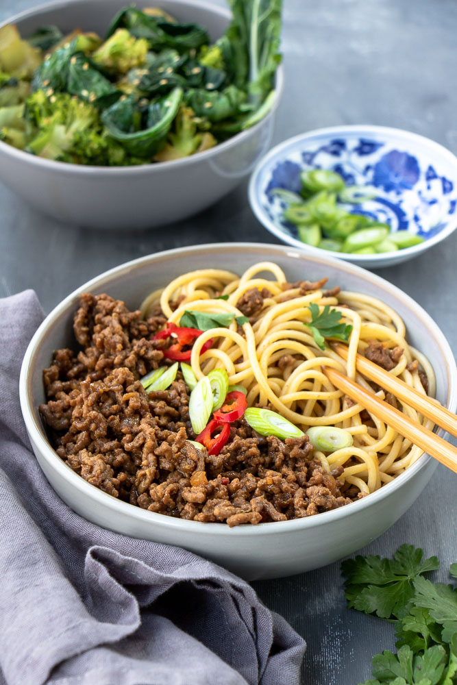 Noedels met pittig gehakt, noedels met gekruid gehakt, makkelijke Oosterse maaltijd, recept