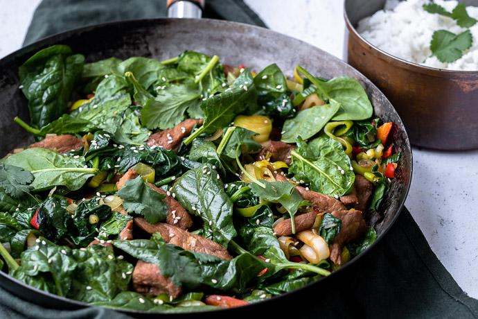 varkenshaas met spinazie, recept voor pittige geroerbakken varkenshaas met spinazie, prei, varkenshaas uit de wok, makkelijke maaltijd