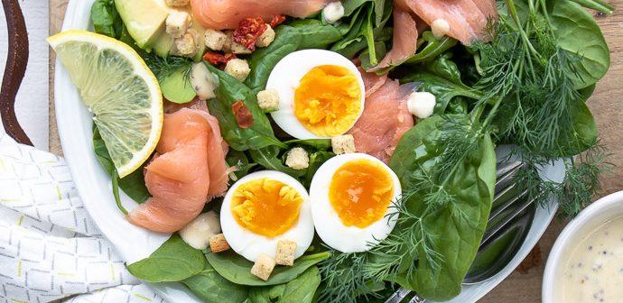 Salade met gerookte zalm, spinazie, avocado en gekookt ei. Makkelijk recept voor lunch salade met zelfgemaakte honing mosterd dressing