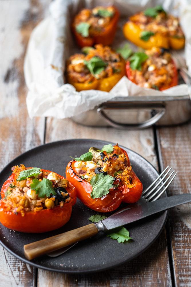 Gevulde paprika met rijst en feta, vegetarisch recept, makkelijke maaltijd, Griekse gevulde paprika