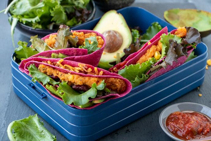 Rode bieten tortilla met zoete aardappel en avocado