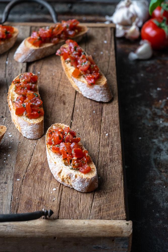 bruschetta met tomaat en basilicum, Italiaans borrelhapje, klassiek Italiaans recept